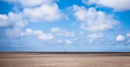 Nordseelandschaft, Strand, Meer, blauer Himmer, weiße Wolken