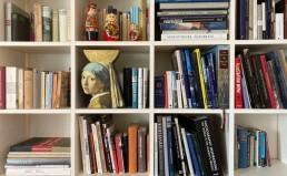 Bücherregal mit Büchern und Dekoration