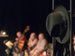 Ausschnitt Bühne, Hut und Orchester